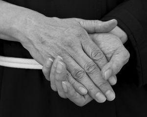 З`ясовуємо, чому трясуться руки у літніх людей