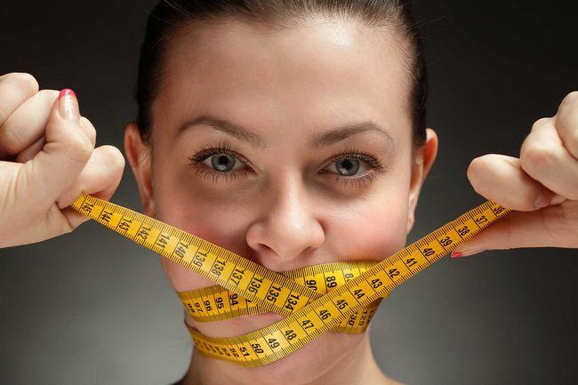 повне або часткове виключення вуглеводів і жирів