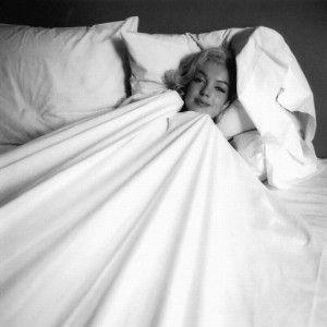 Що набуває той, хто позбувся одягу в ліжку?