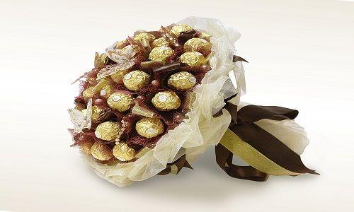 Як зробити шоколадний букет з цукерок?