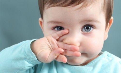 Ознаки та лікування нежиті у немовляти